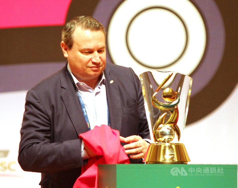 2019第5屆U12世界盃棒球錦標賽開賽記者會25日在台南文化中心舉行,世界棒壘球總會(WBSC)執行長施密特(Michael Schmidt)為本屆冠軍獎盃揭幕。中央社記者楊思瑞攝 108年7月25日