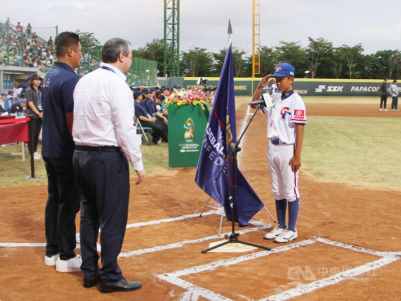 2019第5屆U12世界盃棒球錦標賽26日下午在台南市亞太棒球訓練中心舉行開幕典禮,由中華隊林丞宥(右)代表全體運動員完成宣誓。中央社記者楊思瑞攝 108年7月26日