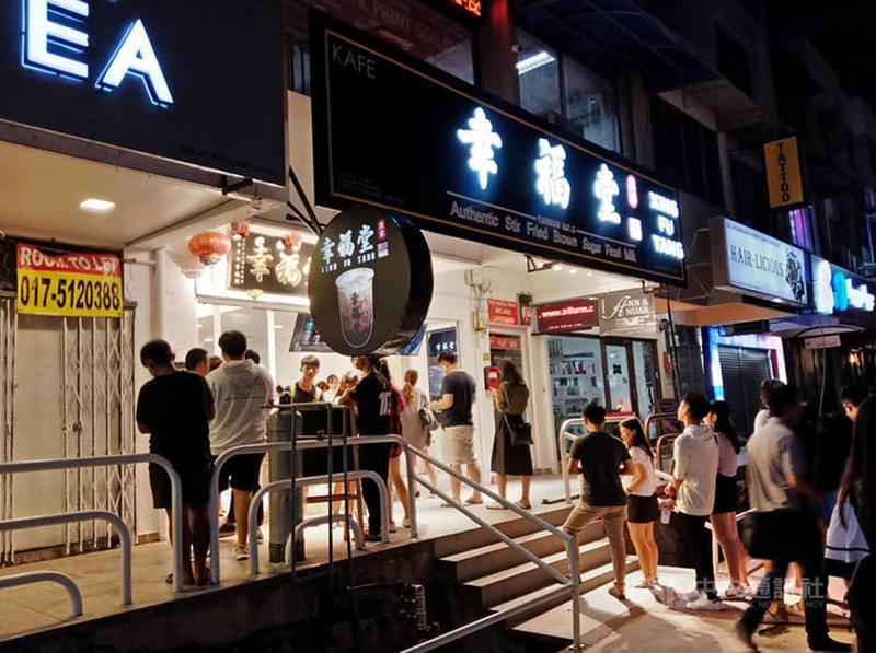 位於雪蘭莪(Selangor)首邦市(Subang)SS15區的奶茶街有近15家珍珠奶茶店,掀起排隊熱潮,幾乎每天都能看到奶茶店門前大排長龍的隊伍。中央社記者蘇麗娜雪蘭莪攝 108年7月27日