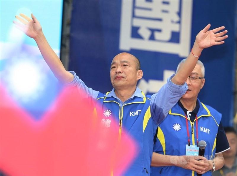 國民黨28日在新北市板橋體育館舉行第20屆第3次全國代表大會,經黨代表起立鼓掌通過後,正式提名高雄市長韓國瑜(左)為2020總統參選人。中央社記者郭日曉攝 108年7月28日