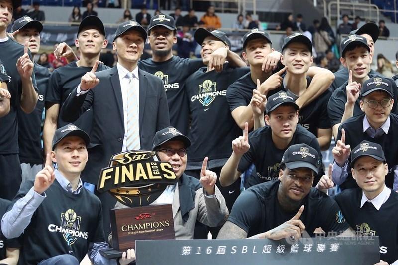 超級籃球聯賽(SBL)衛冕軍富邦勇士6日發布新聞稿,正式宣布加盟東南亞職業籃球聯賽(ABL)。圖為富邦勇士5月拿下第16屆SBL總冠軍。(中央社檔案照片)