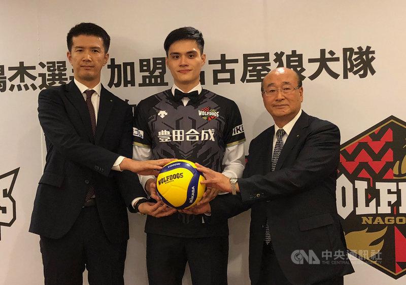台灣男子排球好手劉鴻杰(中)將加盟日本排球聯賽一級隊伍名古屋狼犬隊,6日在台北披上25號球衣,實現旅日夢想。中央社記者黃巧雯攝 108年8月6日