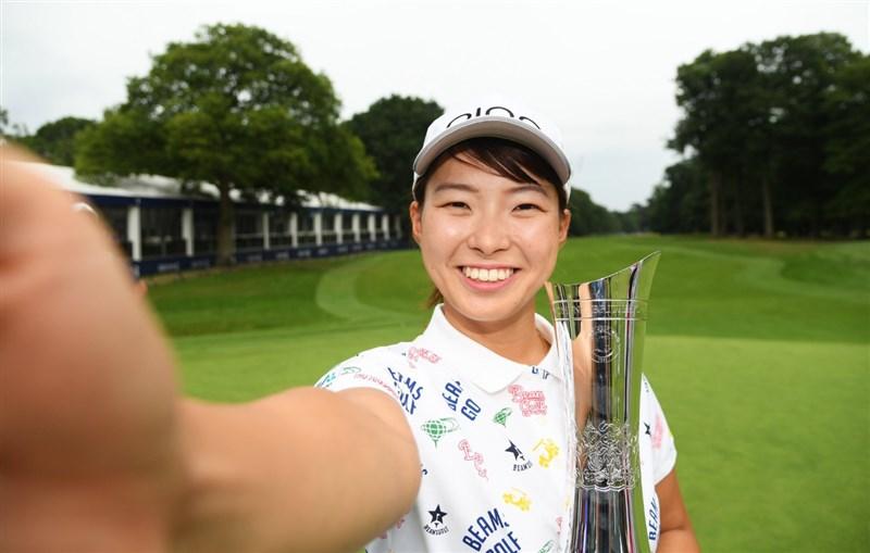 20歲日本「微笑灰姑娘」澀野日向子,4日在英國公開賽奪冠,成為第2位在LPGA大賽封后的日本女將。(圖取自twitter.com/LPGA)