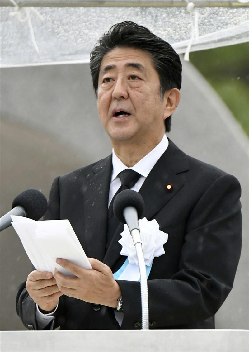 6日是日本廣島遭受原子彈攻擊74週年,首相安倍晉三在廣島市和平紀念公園的紀念儀式上致詞時,並未提及禁止核武器條約。(共同社提供)