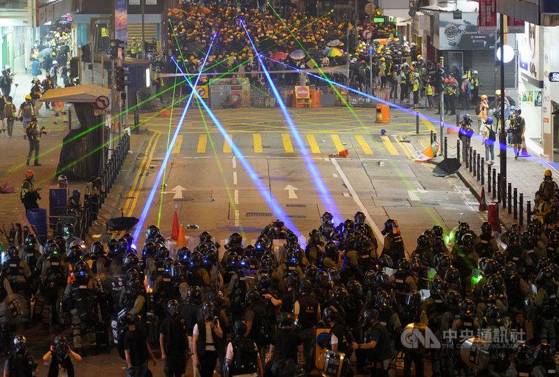 香港浸會大學學生會會長方仲賢7日晚間因為被指持有攻擊性武器而被捕,他身上有10支雷射筆。自6月反送中以來,示威者時常在衝突使用雷射筆照射鎮暴警察眼睛。圖為8月4日銅鑼灣衝突現場,示威者向警察照雷射光。(中通社資料照片)中央社 108年8月7日