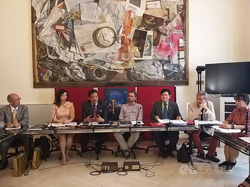 駐義代表李新穎(左3)出席義大利波隆那第4屆「台灣文化藝術月」開幕式,與波隆那市文化局局長雷波爾(左4)同台。(駐義代表處提供)中央社記者黃雅詩羅馬傳真 108年8月8日