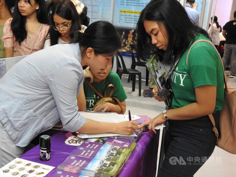 台灣高等教育展10、11日在馬尼拉登場,菲國學生在清華大學展位前,向工作人員詢問課程內容。中央社記者陳妍君馬尼拉攝 108年8月10日