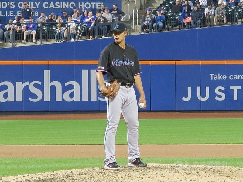 MLB邁阿密馬林魚隊10日對戰亞特蘭大勇士隊,台灣投手陳偉殷(前)第6局登板中繼,投3局演出9上9下。(中央社檔案照片)