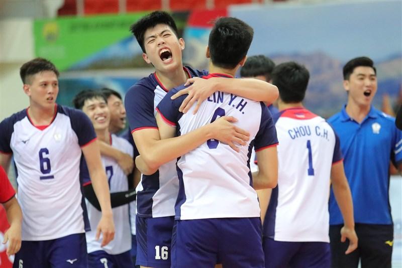 中華U23男子排球代表隊連3屆亞錦賽闖進4強,前2屆都以銅牌作收,10日收下決賽門票,無論勝負,都確定打破隊史紀錄。(圖取自facebook.com/AsianVolleyballConfederation)
