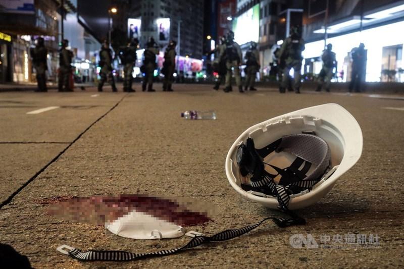 香港「反送中」警民衝突升溫,示威者11日晚間持續與港警對峙,警方在銅鑼灣以突擊方式逮捕示威者,地面上遺留示威者的血跡。中央社記者吳家昇攝 108年8月11日