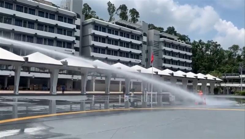 香港警方12日安排立法會議員參觀俗稱水炮車的「人群管理特別用途車」示範使用情形,3輛水炮車的採購費用共計港幣1660萬元(約新台幣6643萬元)。(圖取自facebook.com/chanchichuen)