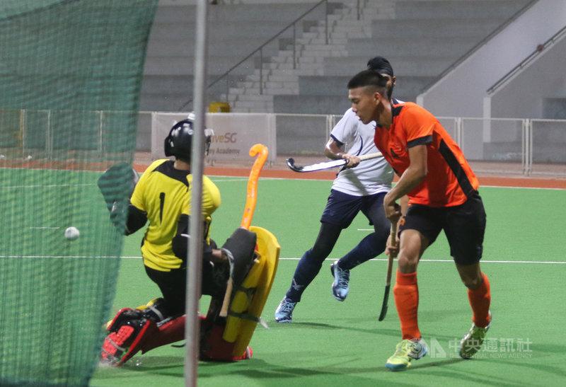 桃園市體育會曲棍球代表隊在新加坡移地訓練,13日與新加坡國家代表隊友誼賽,圖為桃園市代表隊隊員謝宗育(右)在第二節先馳得點,取得領先。中央社記者黃自強新加坡攝 108年8月13日