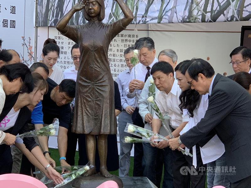 8月14日是國際慰安婦日,前總統馬英九(前右)14日在台南慰安婦銅像前追思獻花。中央社記者張榮祥台南攝  108年8月14日