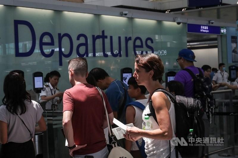 香港「反送中」示威者連續兩天在機場集會並癱瘓其運作,不少旅客怨聲載道,14日機場恢復運作。中央社記者吳家昇攝 108年8月14日
