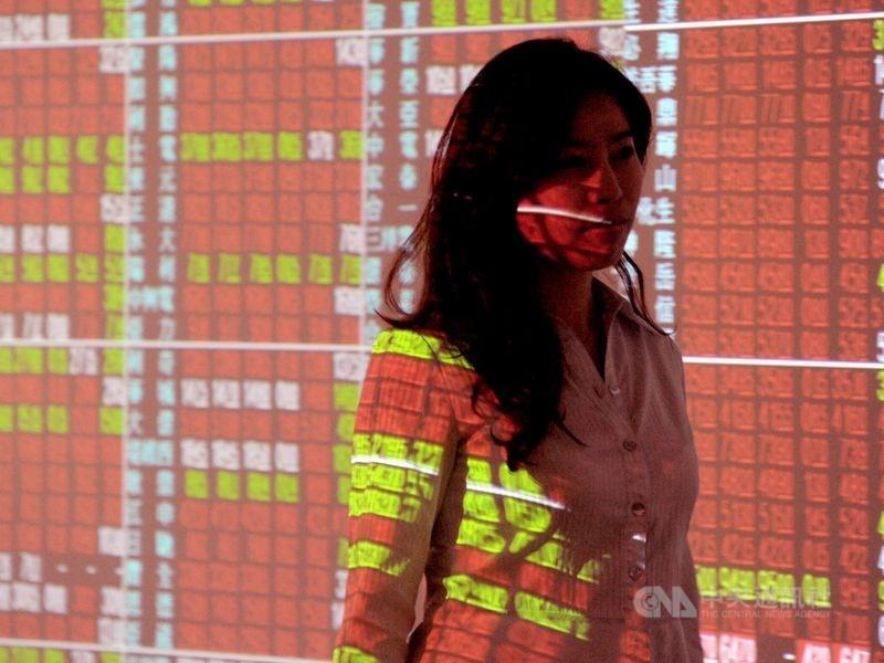 美國延後對部分中國貨品加徵10%關稅,美股大漲,台股受激勵14日一度漲逾150點,終場漲65點,收復年線,重返10400點之上。(中央社檔案照片)