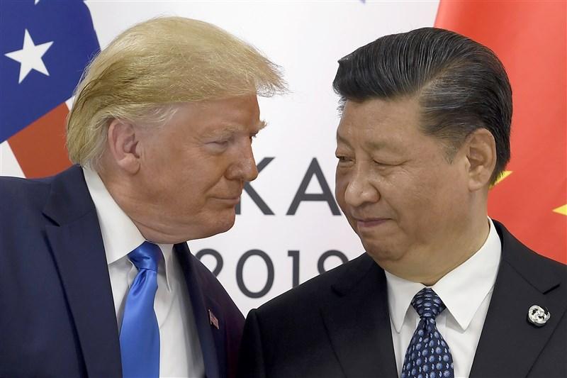 美國總統川普(左)14日說,中國希望達成貿易協議,但應先以「人道方式」化解香港示威抗議。圖為川普與中國國家主席習近平(右)6月在G20場邊舉行會談。(檔案照片/美聯社)