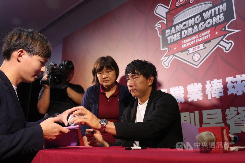 中華職棒味全龍隊在雲林斗六棒球場開訓,具美日職棒資歷的日籍退役球星川崎宗則(右)擔任客座教練,18日早餐會中與球迷拍照留念,並在棒球上簽名。中央社記者吳家昇攝 108年8月18日