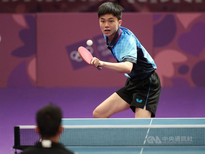 台灣年僅18歲的桌球小將林昀儒(後)以4比1擊敗2012倫敦奧運桌球銅牌名將、德國好手歐夫恰羅夫,奪下2019捷克桌球公開賽男單冠軍。(中央社檔案照片)