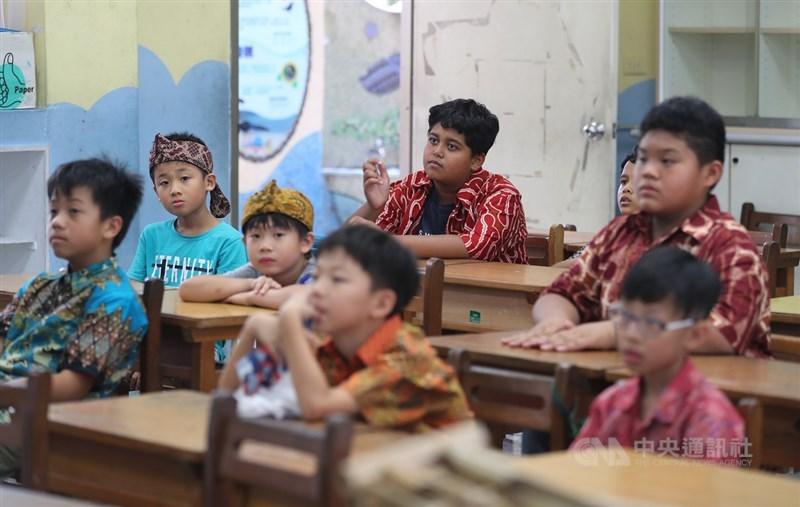 12年國教課綱於108學年度正式上路,9月進入國小的新生,將可選讀新住民語,每週一堂課,根據教育部統計,新住民第二代在國小階段有4.8萬人,不過新住民語不限新二代修,一般學生對東亞語言有興趣,都可選擇,且依法只要有人選的語種,學校就一定要開課,人數較少的話,可採遠距教學模式合班上課。中央社記者張皓安攝 108年8月26日