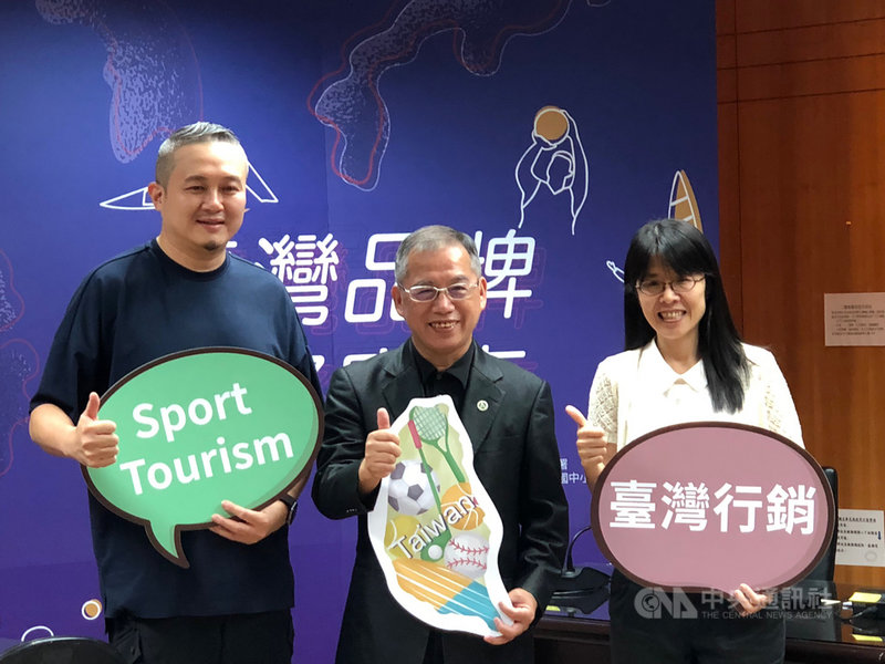 體育署主任秘書葉丁鵬(中)29日宣布,推出形塑台灣品牌國際賽事計畫,將挑選19場國際賽加以輔導,透過賽事行銷台灣意象、地方文化,帶動周邊經濟。中央社記者黃巧雯攝 108年8月29日