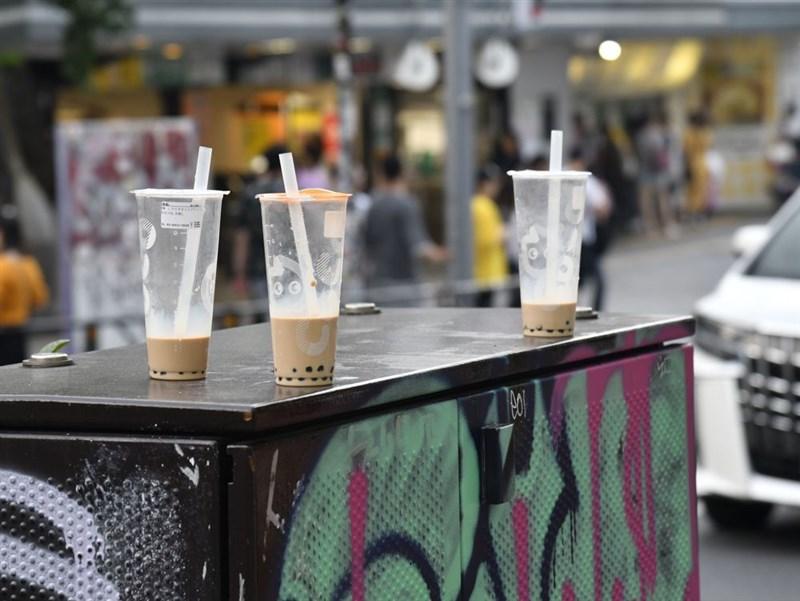 珍珠奶茶風潮正在日本持續發燒,京都市中心到處可見隨手丟棄的飲料杯。圖為東京澀谷沒喝完的珍奶被丟棄。(檔案照片/共同社提供)