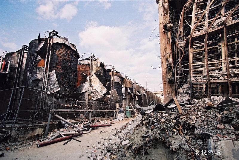 南投酒廠在20年前的九二一地震時發生大爆炸,南投攝影師簡慶南當時以鏡頭記錄滿目瘡痍的時刻,20年後,他將於9月1日起舉辦攝影展,透過今昔對比,帶領觀眾重回浩劫現場。(簡慶南提供)中央社記者蕭博陽南投縣傳真 108年8月30日
