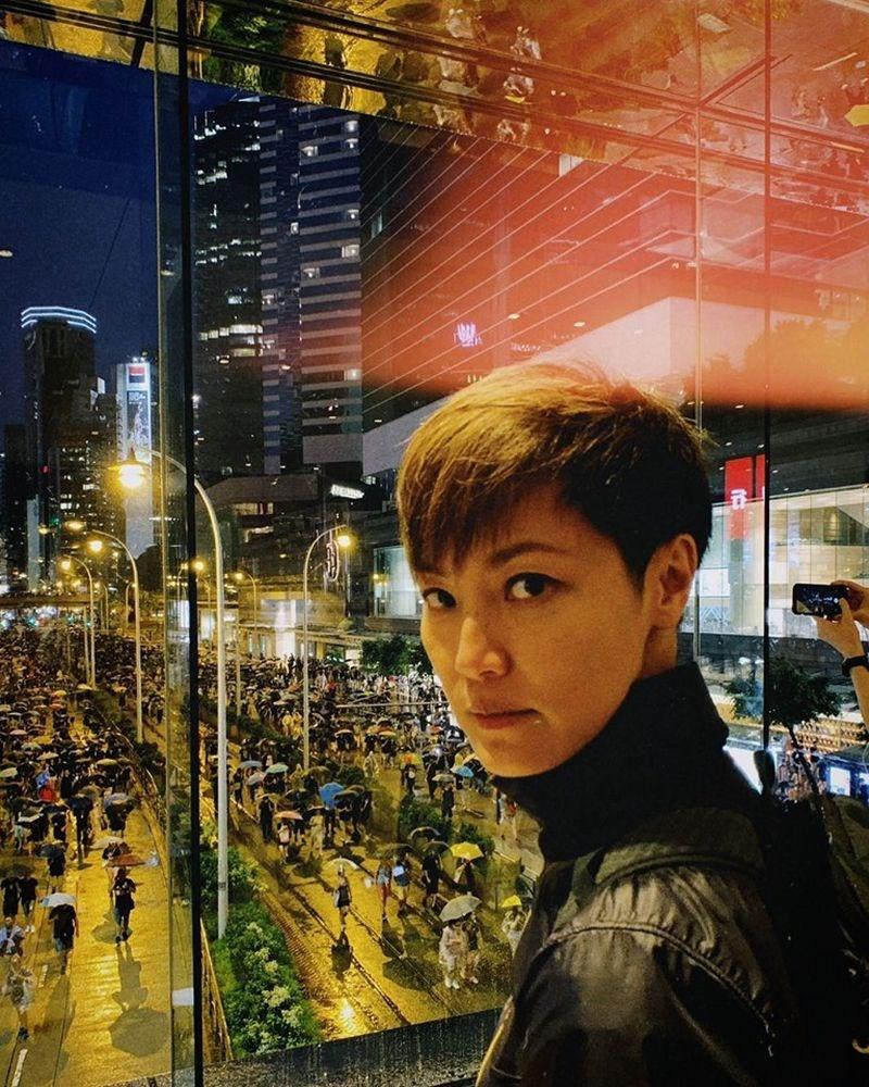 香港歌手何韻詩(前)因聲援反送中,不但演唱會遭取消、專輯在中國禁售,還被貼上「毒藥」標籤。(圖取自facebook.com/HOCCHOCC)