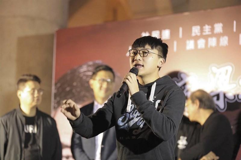 香港眾志副主席鄭家朗(前)2日晚間在新界大圍返回寓所途中遭3名男子襲擊。(圖取自facebook.com/isaacchengkl)