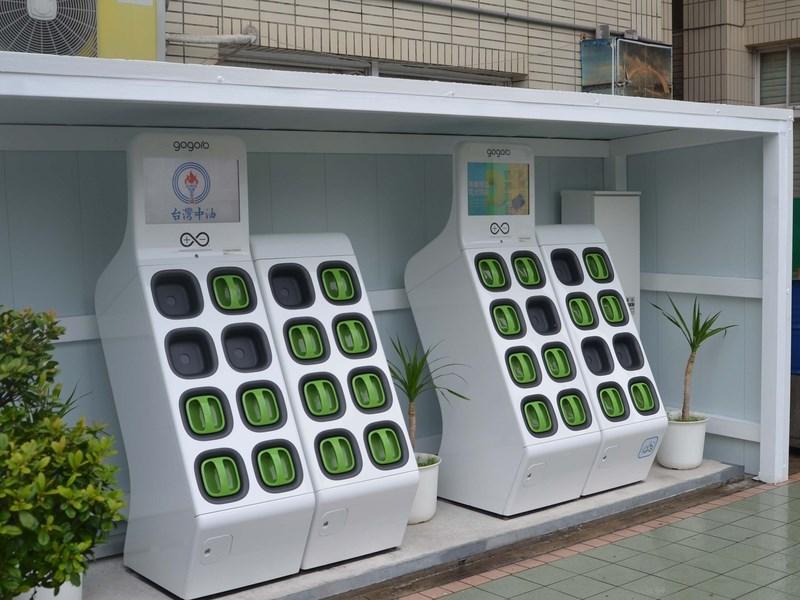 Gogoro不再與中油續約,所以38座位在中油的電池交換站,將會在9月30日前陸續停止電池交換服務。圖為Gogoro位於中油馬公站的充電站。(中央社檔案照片)