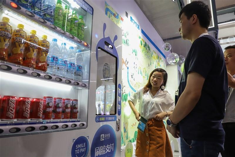 中國正迎向刷臉支付時代,愈來愈多中國消費者購物結帳時,只需面對鏡頭「刷」一下臉部就可付款。(檔案照片/中新社提供)