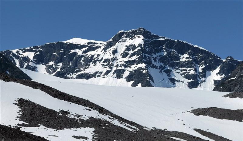 因全球暖化,瑞典最高峰喀布內卡塞山峰頂冰川消融退縮,科學家證實它不再是瑞典第一高峰。(圖取自維基共享資源;作者Alexandar Vujadinovic,CC BY-SA 4.0)
