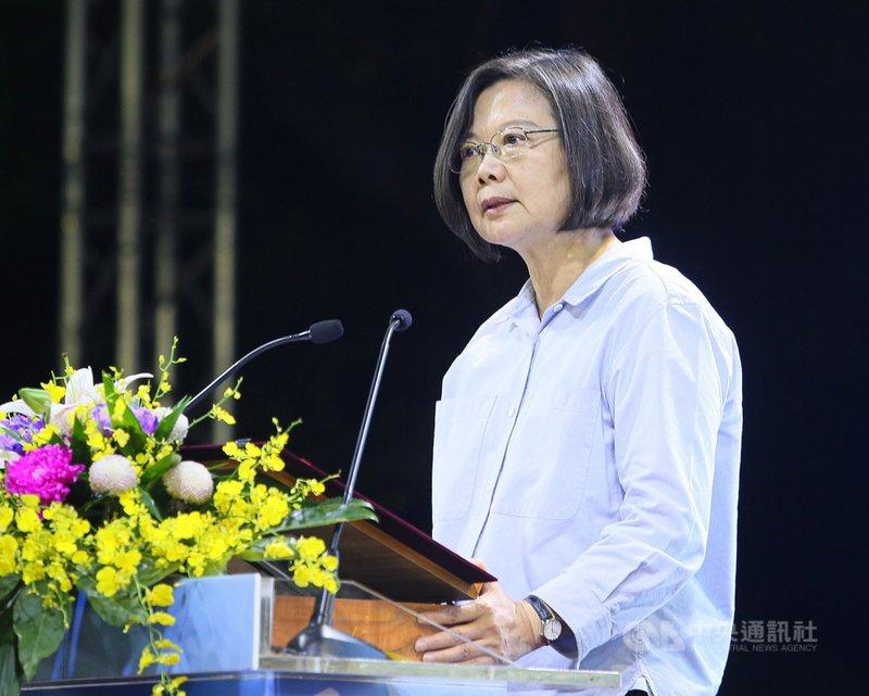 中華文化總會7日晚間在台北賓館舉行2019藝文聯誼茶會,總統蔡英文出席與會,致詞時感謝眾人長期在文化領域的付出與貢獻,讓台灣軟實力成功走向國際。中央社記者謝佳璋攝 108年9月7日