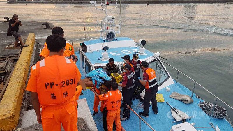 澎湖籍漁船「德興益2號」漁船3名印尼籍船員10日下午在七美海域作業時,不慎遭繩索擊中,分受輕重傷,澎湖海巡隊獲報馳援。(澎湖海巡隊提供)中央社  108年9月10日