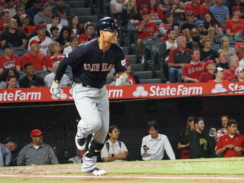 美國職棒克里夫蘭印地安人隊內野手張育成10日在洛杉磯天使球場敲出安打,連2場比賽敲安,跑壘時面帶笑容。中央社記者林宏翰洛杉磯攝 108年9月11日