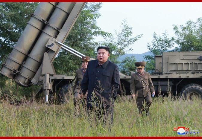 北韓中央通信社11日報導,北韓領導人金正恩10日現場指導「超大型多管火箭發射器」系統試射,並暗示接下來可能還會進行更多試射。(圖取自北韓中央通信社網頁kcna.kp)