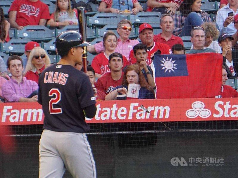 美國職棒大聯盟台灣好手張育成(左)11日在洛杉磯天使主場比賽,本壘後方的觀眾席上有球迷高舉國旗。中央社記者林宏翰洛杉磯攝 108年9月12日
