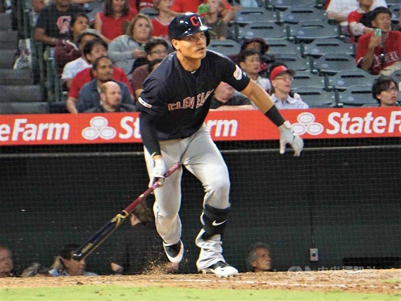 效力美國職棒克里夫蘭印地安人隊的台灣好手張育成(圖)11日在洛杉磯天使球場敲出大聯盟生涯的第1支二壘安打。中央社記者林宏翰洛杉磯攝  108年9月12日
