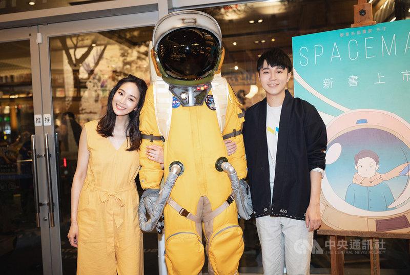 歌手吳青峰(右)推出新專輯「太空人」,同名歌曲「太空人」MV邀來好友張鈞甯(左)擔綱女主角,花費3天拍完。(環球音樂提供)中央社記者陳秉弘傳真  108年9月12日