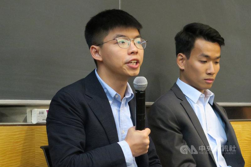 香港眾志秘書長黃之鋒(左)13日在紐約哥倫比亞大學表示,中國國務院台灣事務辦公室搞白色恐怖沒有用,他期盼更多台灣人關注香港抗爭。中央社記者尹俊傑紐約攝 108年9月14日