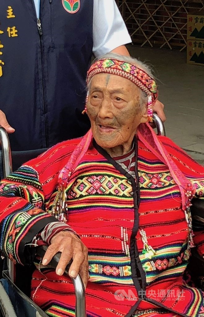 苗栗縣碩果僅存的泰雅族文面國寶柯菊蘭,因肺炎住進加護病房,14日清晨辭世,享耆壽97歲。圖為107年4月柯菊蘭出席泰雅文面紀錄片發表會。(資料照片)中央社記者管瑞平攝 108年9月14日