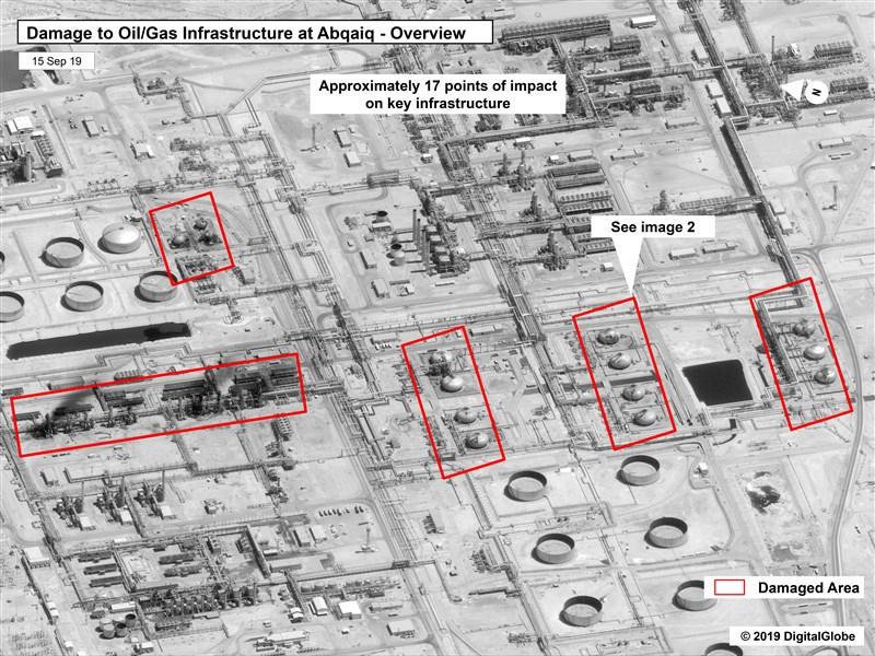 美方官員指出,沙國阿布蓋格多個石油設施出現至少17處撞擊點,攻擊方位來自北方或西北,符合攻擊是來自波斯灣、伊朗或伊拉克的方向,而非葉門。(美聯社)