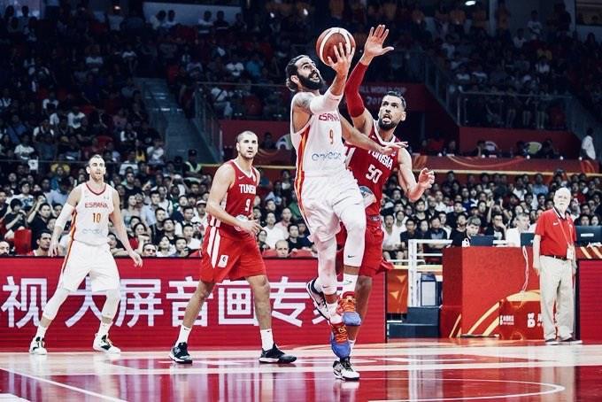 西班牙球星盧比歐(前)在世界盃男籃賽決賽攻下20分,率隊以95比75擊敗阿根廷奪冠,獲選MVP。(圖取自twitter.com/rickyrubio9)