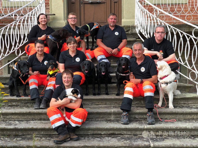 德國救難犬協會瓦倫多夫-哈姆(Warendorf-Hamm)分會的隊員,其中吉斯(第2排左2)20年前曾參與九二一地震救災。中央社記者林育立哈姆攝 108年9月17日