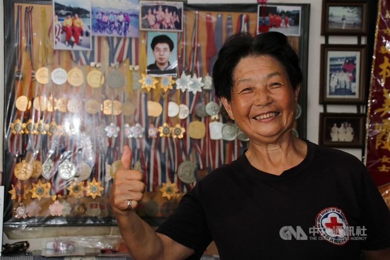 今年70歲的林美霞曾是九二一地震的受災戶,20年了,林美霞仍然住在九二一地震時被震損的老房子,走進客廳,牆上掛滿了各種表揚狀、獎牌和她年輕時的照片,記錄她20年來的救災歷程。中央社記者蕭博陽攝 108年9月18日