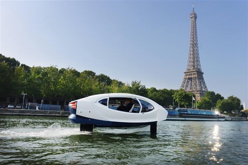 名為「海上泡泡」(Sea Bubbles)的白色空氣動力飛行交通工具,能以每小時30公里速度離水面約50公分,沿塞納河飛馳。(圖取自facebook.com/seabubblesofficial)