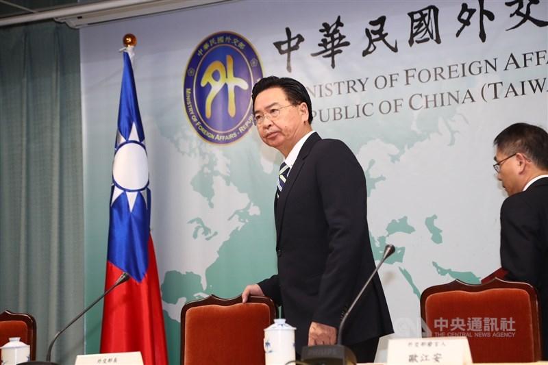 外交部長吳釗燮(左)20日舉行記者會宣布與吉里巴斯終止外交關係。 中央社記者王騰毅攝 108年9月20日