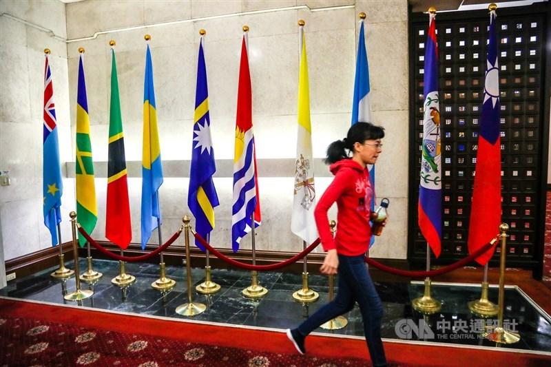 外交部長吳釗燮20日下午舉行記者會宣布與吉里巴斯終止外交關係。圖為吉里巴斯國旗(右起第5面)未撤走的外交部大廳。(中央社檔案照片)