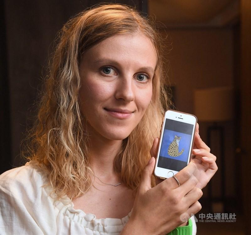 俄羅斯插畫家卡嘉‧莫洛措娃(Katya Molodtsova)訪台,20日在新北市接受中央社專訪,對於擔任台灣駐俄羅斯「觀光大使」的想法,她說,目前還不清楚該怎麼做,但她明白許多人期待她在網路上以圖像、影像或文字形式分享台灣印象,回莫斯科後,相信很快就會著手處理。中央社記者王飛華攝 108年9月21日