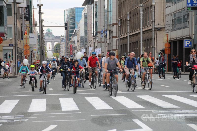 歐盟總部所在地布魯塞爾22日舉辦「無車日」,民眾騎自行車響應減排降低空污。中央社記者唐佩君布魯塞爾攝 108年9月22日