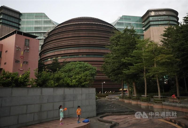 歷經4次標售,台北市京華城購物中心25日由同屬威京集團的中石化子公司鼎越開發以新台幣372億元得標。中央社記者張新偉攝 108年9月25日